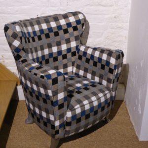 FAUTEUIL DESIGN – tissu motif carré
