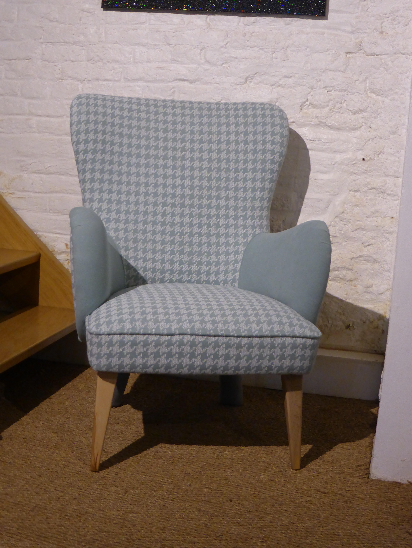 fauteuil nino tissu pied de poule bleu blanc style scandinave bois deco. Black Bedroom Furniture Sets. Home Design Ideas