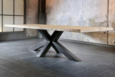 TENDANCE INDUSTRIELLE : Tables design avec plateau en bois et pied en métal noir