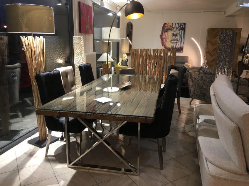Nouveauté : La table de salle à manger design en bois brut et métal chromé.