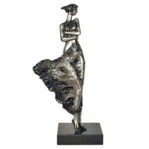 Statue femme debout dans le vent
