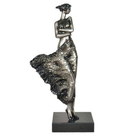 statue-femme-debout-dans-le-vent