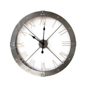 Horloge design industriel metal gris avec chiffres romains.