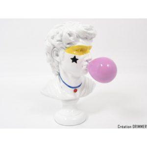 Statue buste de David blanc avec chewing-gum rose dans la bouche de la collection ILLUSION.